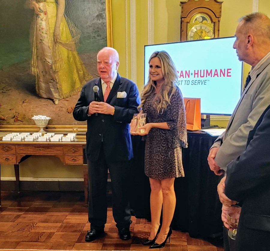 The president of the Loro Parque Company receives the award   'Champion of Conservation' from American Humane